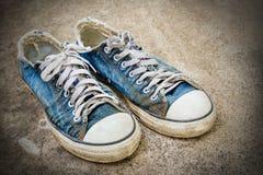 Gamla skor på golvet Royaltyfria Bilder