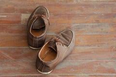 Gamla skor på golvet Royaltyfria Foton