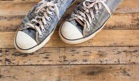 Gamla skor på trägolv Arkivfoton