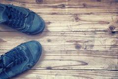 Gamla skor på träplankabakgrund Inte gör de ser smaskiga fotografering för bildbyråer