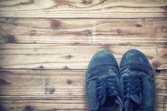 Gamla skor på träplankabakgrund Inte gör de ser smaskiga royaltyfri foto