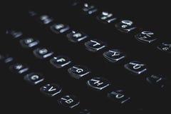 Gamla skrivmaskinstangenter och bokstäver Svart lynnigt begrepp royaltyfri foto