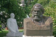 Gamla skulpturer av Karl Marx och Leonid Brezhnev i Muzeon Art Park (den stupade monumentet parkerar), i Moskva royaltyfri fotografi