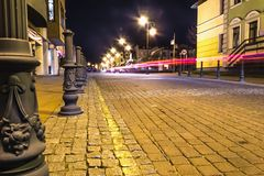Gamla slingor för ljus för Europa gatanatt arkivbild