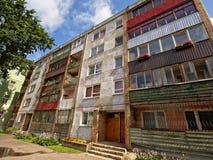 Gamla slitna sovjetiska hyreshusar i Liepaja, Lettland Fotografering för Bildbyråer