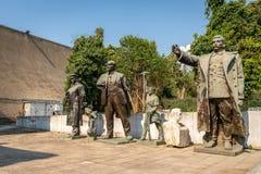 Gamla slitna sovjetiska statyer som döljas bort i ett offentligt, parkerar i Tirana Albanien Eastern Europe kultur royaltyfria foton