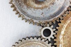 Gamla slitna ut rostiga kugghjul på industriell bakgrund Fotografering för Bildbyråer