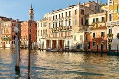 Gamla slottar och färgrika byggnader bredvid Grand Canal i Venedig Royaltyfri Bild
