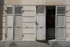 Gamla slutare för slutare för fönster öppna och stängda, gammalt Europa begrepp royaltyfri bild
