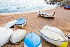 Gamla små fartyg på den sandiga stranden Ridit ut och Royaltyfri Foto