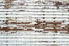 Gamla små träbräden med vit målarfärg för skalning Arkivfoto