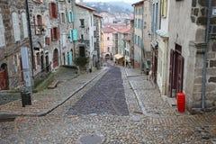 Gamla smala gator i Le Puy en Valay, Frankrike Royaltyfri Bild