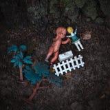Gamla smutsiga leksaker som ligger på jordningen arkivbild