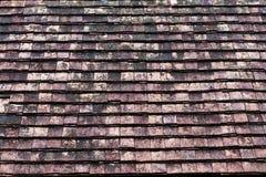 Gamla smutsiga orange taktegelplattor fotografering för bildbyråer