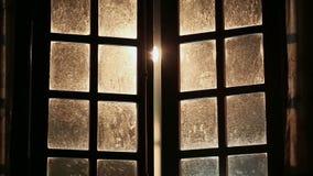 Gamla smutsiga sagolika fönster stängs inom arkivfilmer