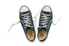 Gamla & smutsiga skor som isoleras på vit bakgrund Arkivbilder