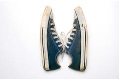 Gamla & smutsiga skor som isoleras på vit bakgrund Royaltyfri Fotografi