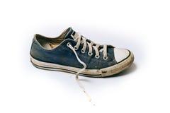Gamla & smutsiga skor som isoleras på vit bakgrund royaltyfria foton