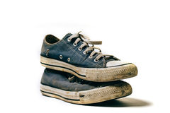 Gamla & smutsiga skor som isoleras på vit bakgrund royaltyfria bilder