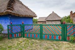 Gamla sommarhus och blommor i Lowicz, Polen Arkivbild