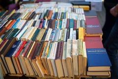 Gamla sovjetböcker på begagnade bokstånd Fotografering för Bildbyråer