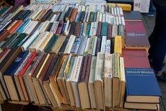 Gamla sovjetböcker på begagnade bokstånd Arkivfoton