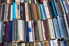 Gamla sovjetböcker på begagnade bokstånd Arkivbild