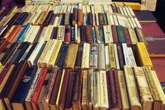 Gamla sovjetböcker på begagnade bokstånd Royaltyfria Bilder