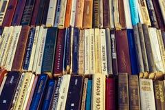 Gamla sovjetböcker på begagnade bokstånd Arkivbilder