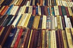 Gamla sovjetböcker på begagnade bokstånd Royaltyfria Foton