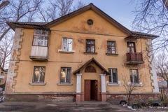 Gamla sovjethus som byggs av tyska fångar efter världskrig II i den sena 40 `en s Arkivbild