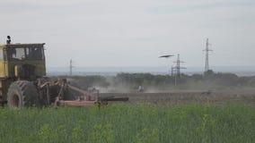 Gamla sovjetiska traktorer som arbetar i fältet 4K Plan piktureprofil stock video