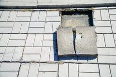Gamla spruckna trottoartegelplattor och att kräva demontering och utbytet chip royaltyfria foton
