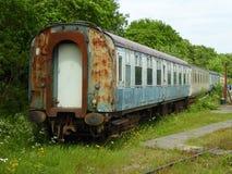 Gamla stångvagnar som väntar på återställande Arkivbilder