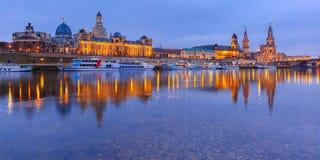 Gamla stad och Elba på natten i Dresden, Tyskland Fotografering för Bildbyråer