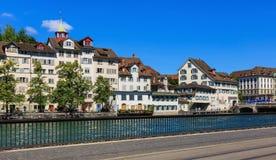 Gamla stadbyggnader längs den Limmat floden i staden av Zurich, Royaltyfri Foto