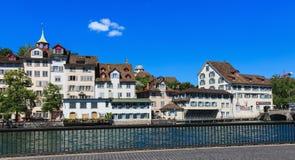 Gamla stadbyggnader längs den Limmat floden i Zurich, Schweiz Royaltyfri Fotografi
