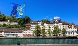 Gamla stadbyggnader längs den Limmat floden i Zurich, Schweiz Royaltyfri Bild