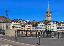 Gamla stadbyggnader längs den Limmmat floden i Zurich, Schweiz Royaltyfri Bild