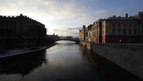 Gamla Stan, la vieja parte de Estocolmo, Suecia en un día de invierno almacen de video