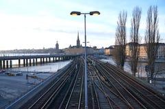 Gamla Stan y ayuntamiento en Estocolmo a través de ferrocarriles imagen de archivo