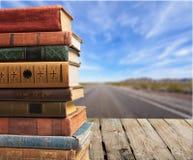 Gamla staplade böcker på träbakgrund Royaltyfria Bilder