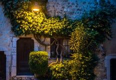 Gamla steets av helgonet Paul de Vence i natten Arkivbilder