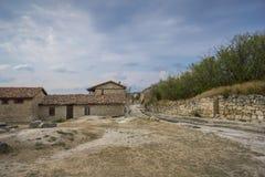 Gamla stenhus av den medeltida stadChufut-grönkålen i bergen royaltyfria foton
