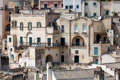 Gamla stenhusbyggnader och forntida italiensk by i Matera i Italien Arkivbilder