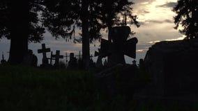 Gamla stenkors i kyrkogården stock video