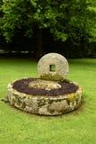 Gamla stenmalninghjul arkivbilder