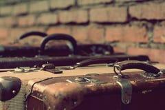 Gamla stilfulla bruna resväskor med retro effekt Arkivfoto