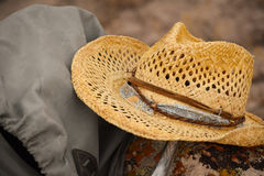 Gamla Straw Hat With Backpack arkivfoton