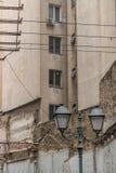 Gamla Streetlamps och konkret hög löneförhöjning royaltyfri bild